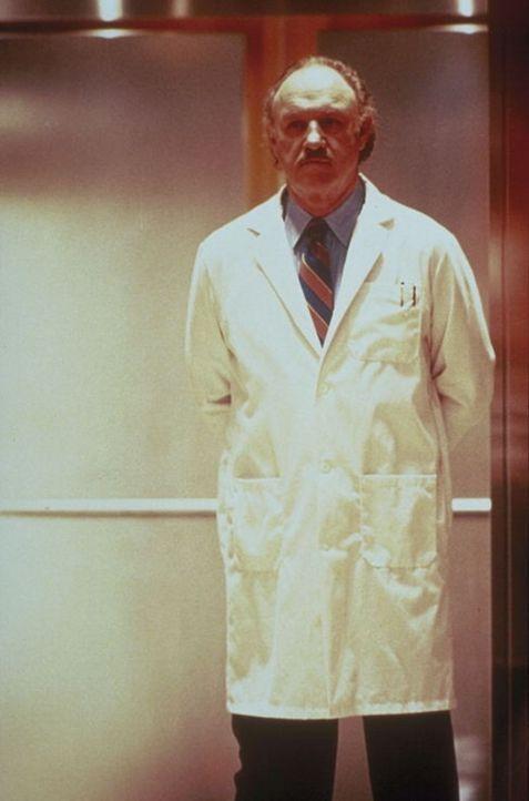 Der geniale, aber skrupellose Neurologe Dr. Myrick (Gene Hackman) rät seinem Kollegen Dr. Luthan, die Sache mit dem verschwundenen Toten ruhen zu la...