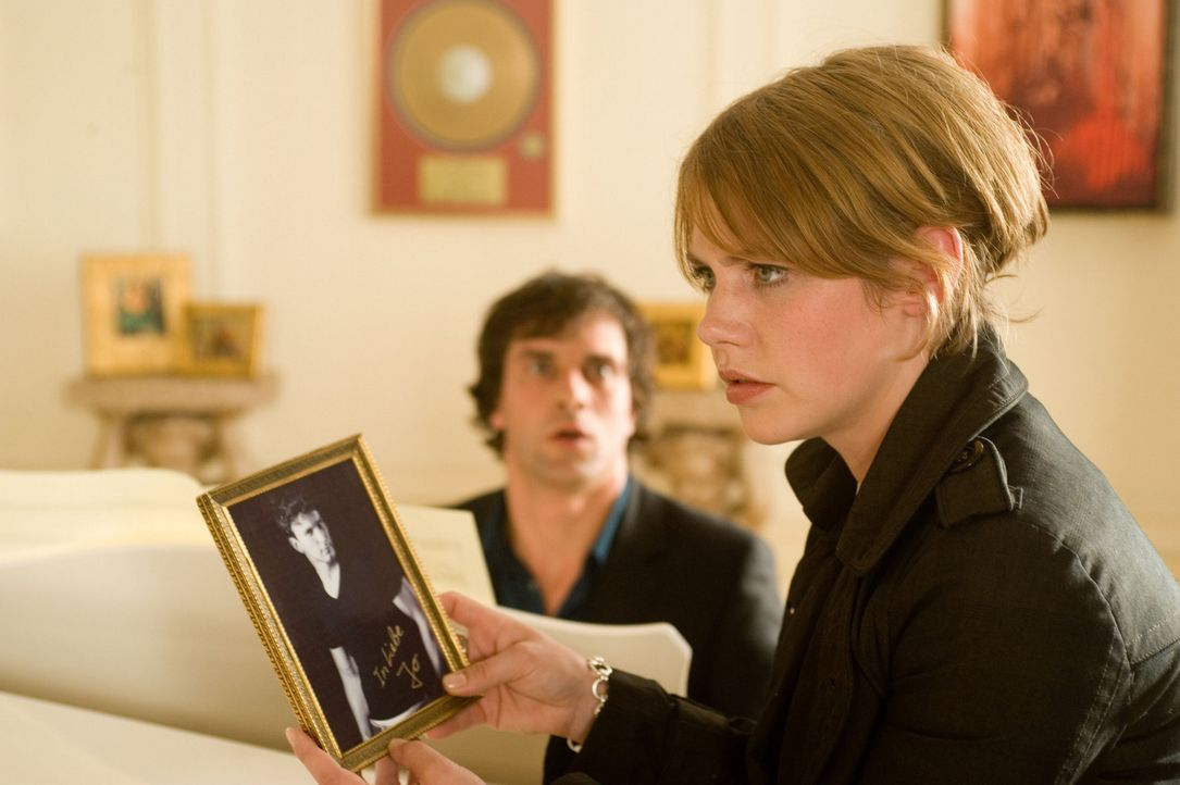 Als Mia (Felicitas Woll, r.) die vermeintliche Villa ihres Millionärs (Kai Schumann, l.) kennen lernt, fällt ihr nicht nur ein Foto in die Hände,... - Bildquelle: SAT.1