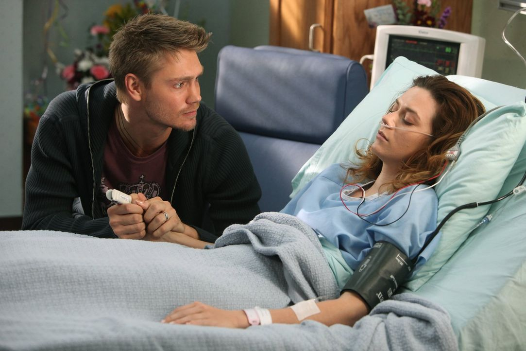 Lucas (Chad Michael Murray, l.) macht sich große Sorgen um Peyton (Hilarie Burton, r.), die nach wie vor nicht ansprechbar ist ... - Bildquelle: Warner Bros. Pictures