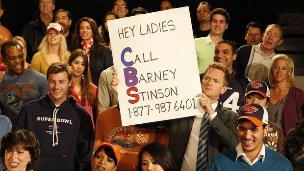 Barney (Neil Patrick Harris, M.) hat im Football-Stadion ein Schild mit seine...