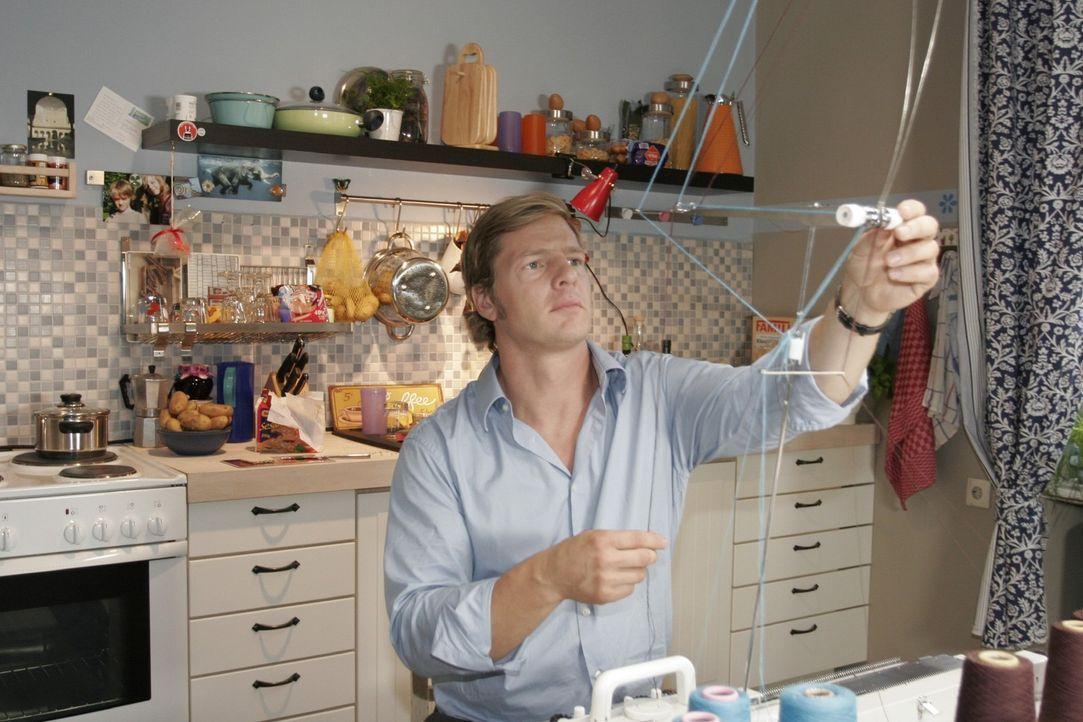 Nachbar Jan (Henning Baum) hilft Eva nur allzu gern aus der Bredouille ... - Bildquelle: Noreen Flynn Sat.1