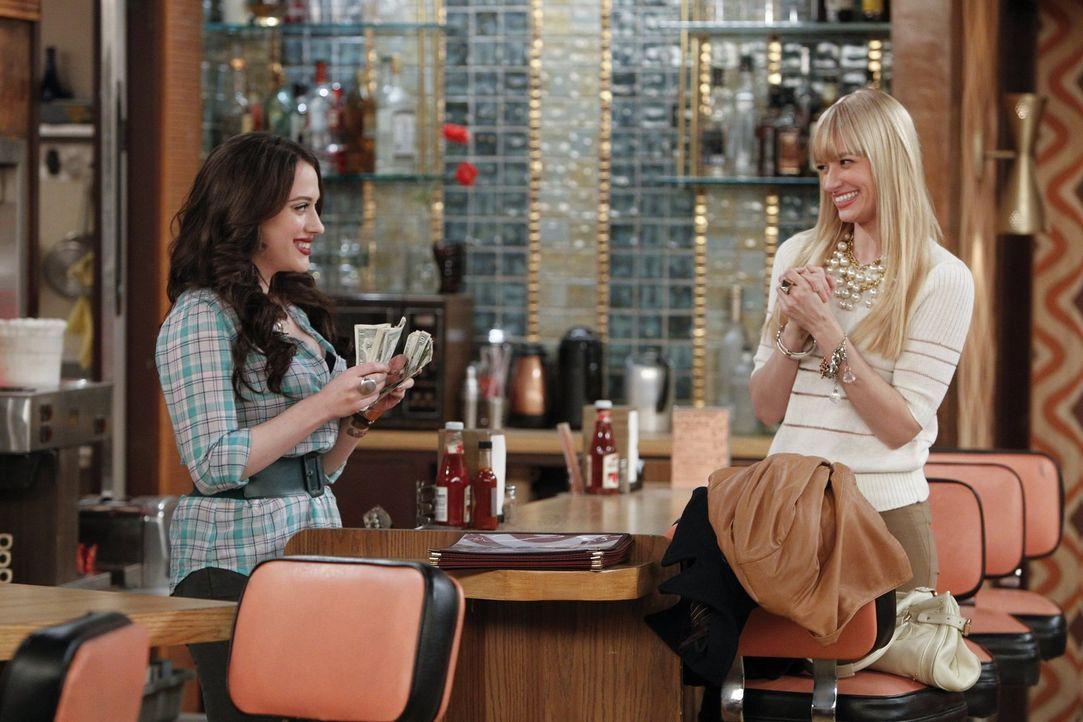 Während sich Max (Kat Dennings, l.) auf die bevorstehende St. Patrick's Day Party vorbereitet, erinnert sich Caroline (Beth Behrs, r.) daran, wie si... - Bildquelle: Warner Bros. Television
