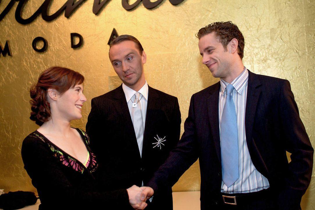 Britta (Susanne Berckhemer, l.) hat den Job und wird von Max (Alexander Sternberg, r.) und Hugo (Hubertus Regout, M.) dazu beglückwünscht. - Bildquelle: Monika Schürle Sat.1