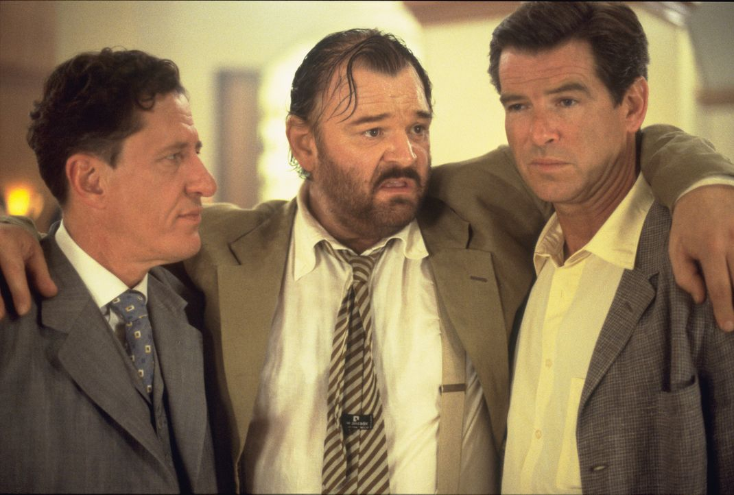 Andy (Pierce Brosnan, r.) macht als erstes den Schneider Harry Pendel (Geoffrey Rush, l.) ausfindig und bietet dem verschuldeten Mann eine Menge Geld für gute Informationen aus den oberen Kreisen des Landes ....