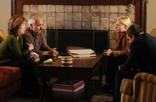 Medium - Nichts bleibt verborgen - Lily (Roxanne Hart, l.) und ihr Mann Manue...