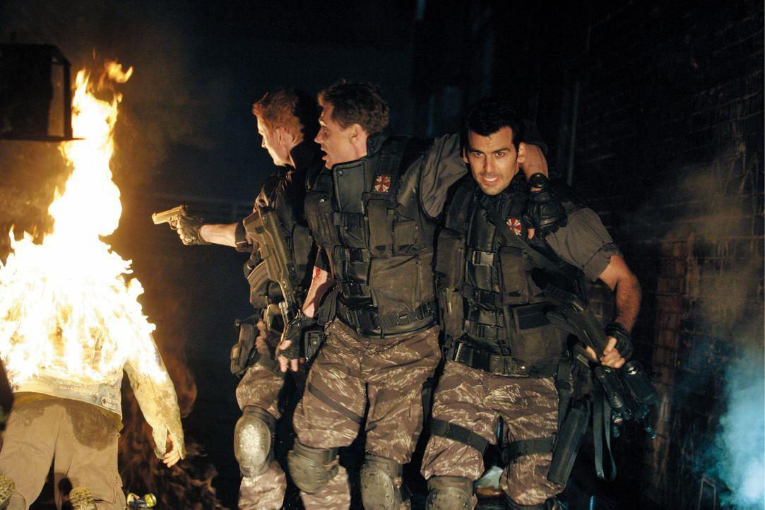 Auf der Flucht vor fleischfressenden Zombies: (v.l.n.r.) Nicholai Sokolov (Zack Ward), Major Cain (Thomas Kretschmann) und Carlos Olivera (Oded Fehr... - Bildquelle: Constantin Film