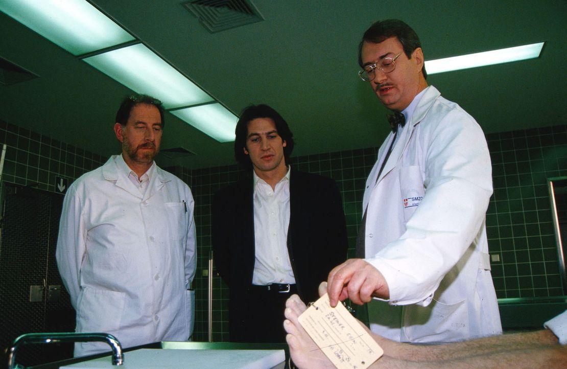 Gerichtsmediziner Dr. Graf (Gerhard Zemann, r.) und Dr. Werner (Bruno Thost, l.) referieren vor Kommissar Richie Moser (Tobias Moretti, M.) über die... - Bildquelle: Ali Schafler Sat.1