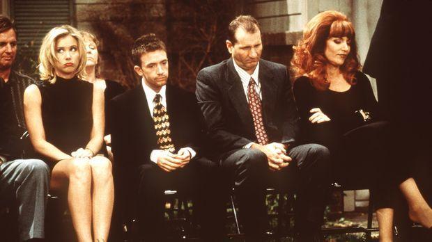 Bei den Bundys, Kelly (Christina Applegate, l.), Bud (David Faustino, 2.v.l.)...