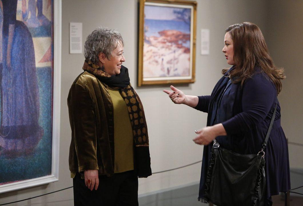 Liebe auf den ersten Blick: Gleich bei der ersten Begegnung ist Molly (Melissa McCarthy, r.) begeistert von Peggys Freundin aus Kindheitstagen, Kay... - Bildquelle: Warner Brothers