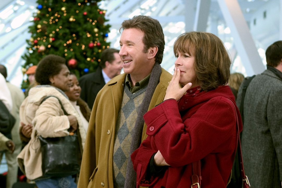 Die Kranks (Tim Allen, l., Jamie Lee Curtis, r.) holen ihre Tochter für ihren Weihnachtsbesuch vom Flughafen ab ... - Bildquelle: 2004 Revolution Studios Distribution Company, LLC. All Rights Reserved.