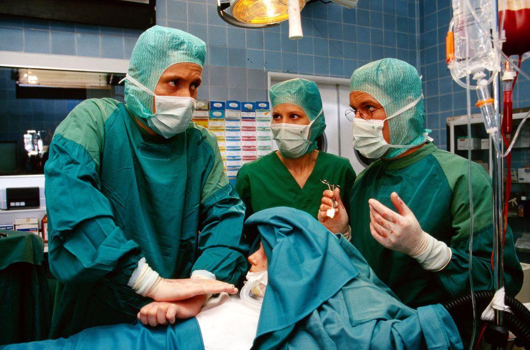 Katharina Berling (Nadine Rosemann, vorne) ist dem OP-Team weggesackt. Dr. Kampmann (Ulrich Reinthaller, l.) beginnt sofort mit der Herzmassage. Dr.... - Bildquelle: Krajewsky Sat.1