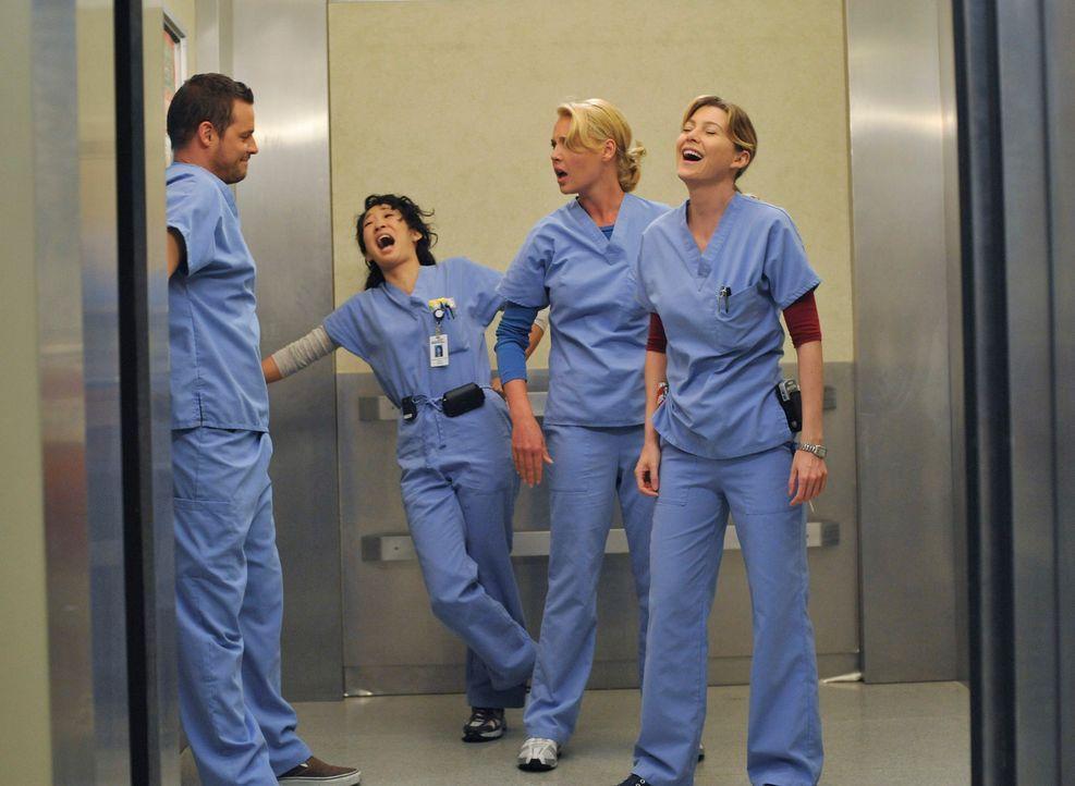 Für Cristina (Sandra Oh, 2.v.l.), Alex (justin Chambers, l.), Meredith (Ellen Pompeo, r.) und Izzie (Katherine Heigl, 2.v.r.) ändert sich der Kran... - Bildquelle: Touchstone Television