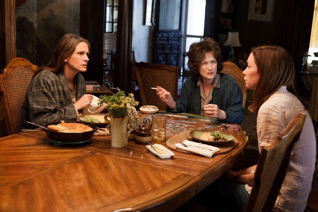 Barb (Julia Roberts, l.) ist sich sicher, dass sich ihre liebe, nette Schwester Ivy (Julianne Nicholson, r.) nach ihrer Abreise um die tablettenabhä... - Bildquelle: Claire Folger TOBIS FILM