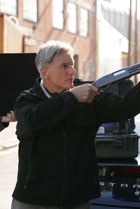 Der NCIS wird zu den Ermittlungen im Todesfall  zweier Navy-Offiziere hinzugezogen. Als Gibbs (Mark Harmon) und seine Leute am Tatort eintreffen, ta... - Bildquelle: CBS Television