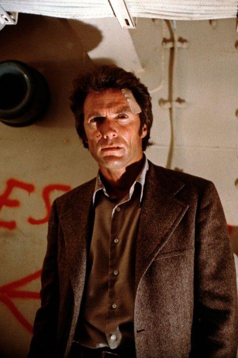 Inspektor Harry Callahan (Clint Eastwood) will eine Mordserie aufklären. Doch bei seinen Ermittlungen gerät er selbst auf die Abschussliste eines... - Bildquelle: Warner Bros.