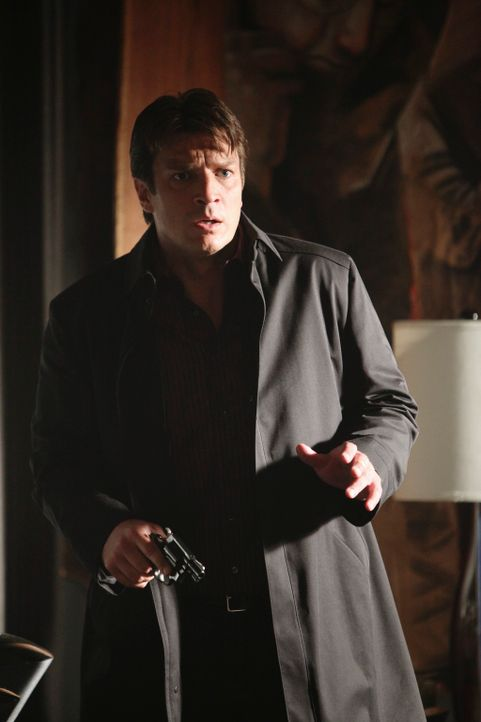 Was hat Richard Castle (Nathan Fillion) am Tatort verloren? Und warum hat er eine Waffe in der Hand? - Bildquelle: 2010 American Broadcasting Companies, Inc. All rights reserved.
