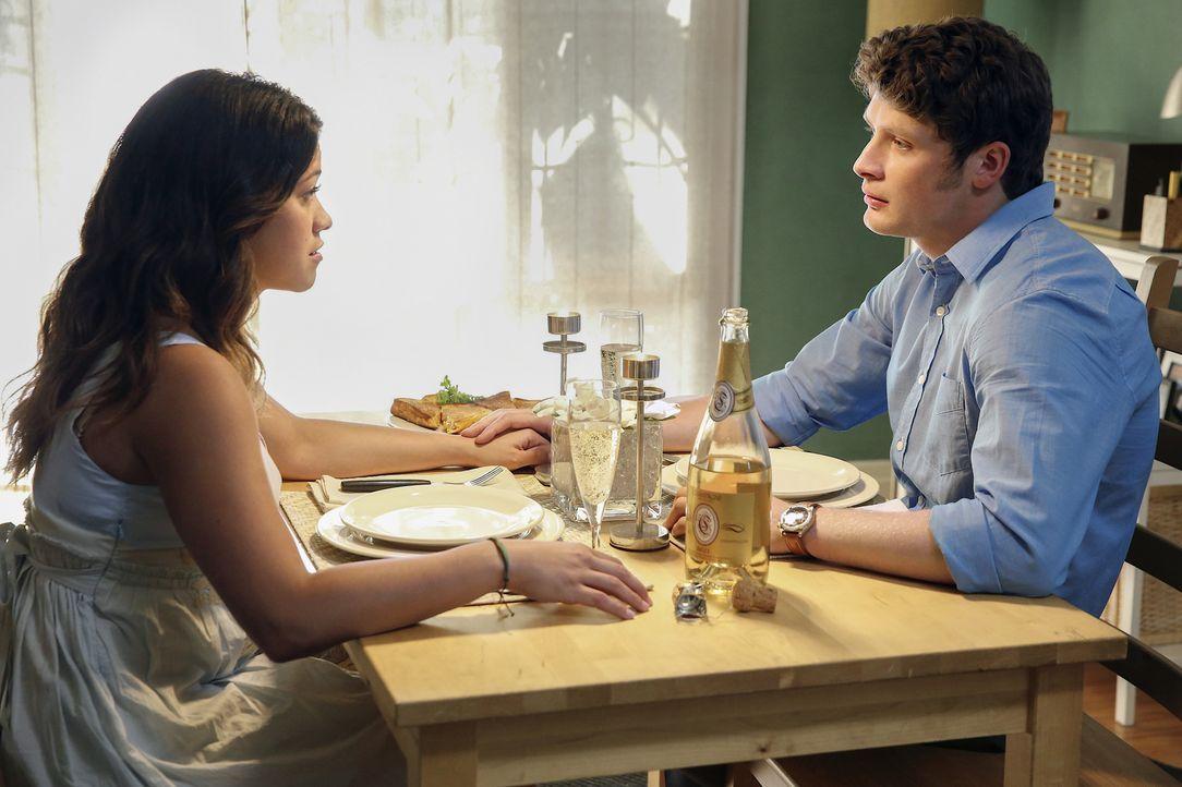 Jane (Gina Rodriguez, l.) hat sich dazu entschlossen, mit dem Sex bis zur Ehe zu warten. Ihr Leben und das ihres Freundes Michael (Brett Dier, r.) w... - Bildquelle: 2014 The CW Network, LLC. All rights reserved.