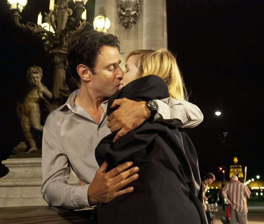 Der gemeinsame Jahrestag sorgt für etwas Milderung bei Greta (Nora Tschirner, r.) und Paolo (Vincenzo Amato, l.) Doch dann bringt ein Anruf neuen St... - Bildquelle: Warner Bros.