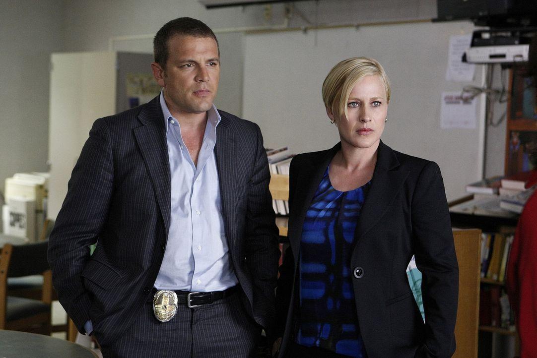 Ein Mordfall beschäftigt Detective Lee Scanlon (David Cubitt, l.) und Allison Dubois (Patricia Arquette, r.) und ausgerechnet der neue Freund von Al... - Bildquelle: Paramount Network Television