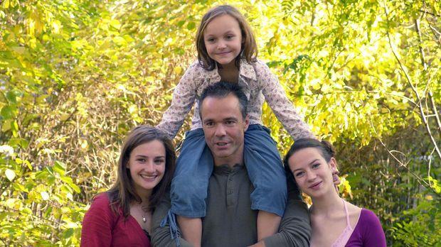 Allein unter Töchtern - Harald (Hannes Jaenicke, M. unten) hat seine Töchter...