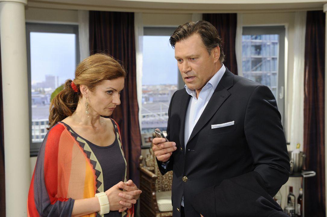 Natascha (Franziska Matthus, l.) ist völlig überrascht, als Richard (Robert Jarczyk, r.) seine Hilfe anbietet ... - Bildquelle: Sat.1