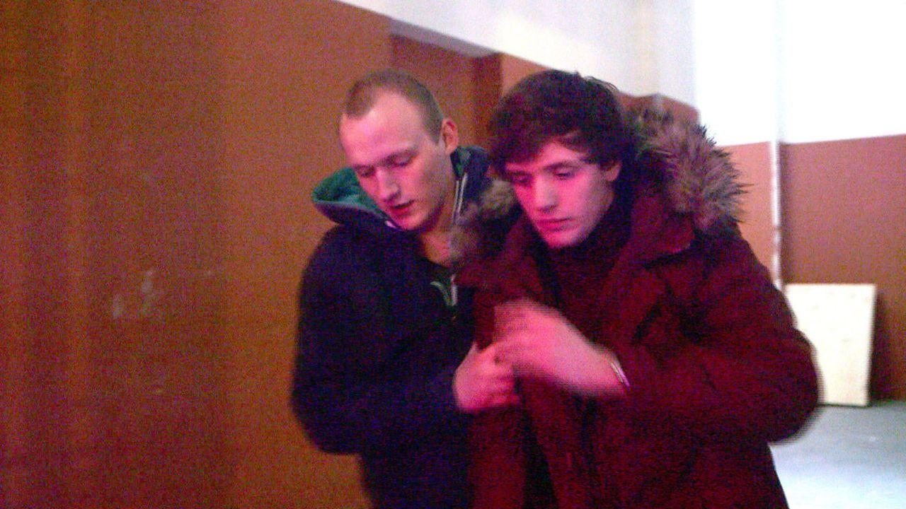 Grenzgänger Rudi (r.) lässt sich auf Jeremys (l.) Geschäftsidee ein - und ignoriert die Konsequenzen ... - Bildquelle: SAT.1