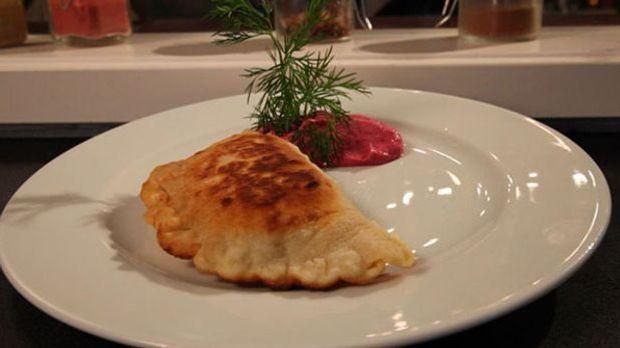 Teigfladen, auch Tschebureki genannt, auf einem Teller