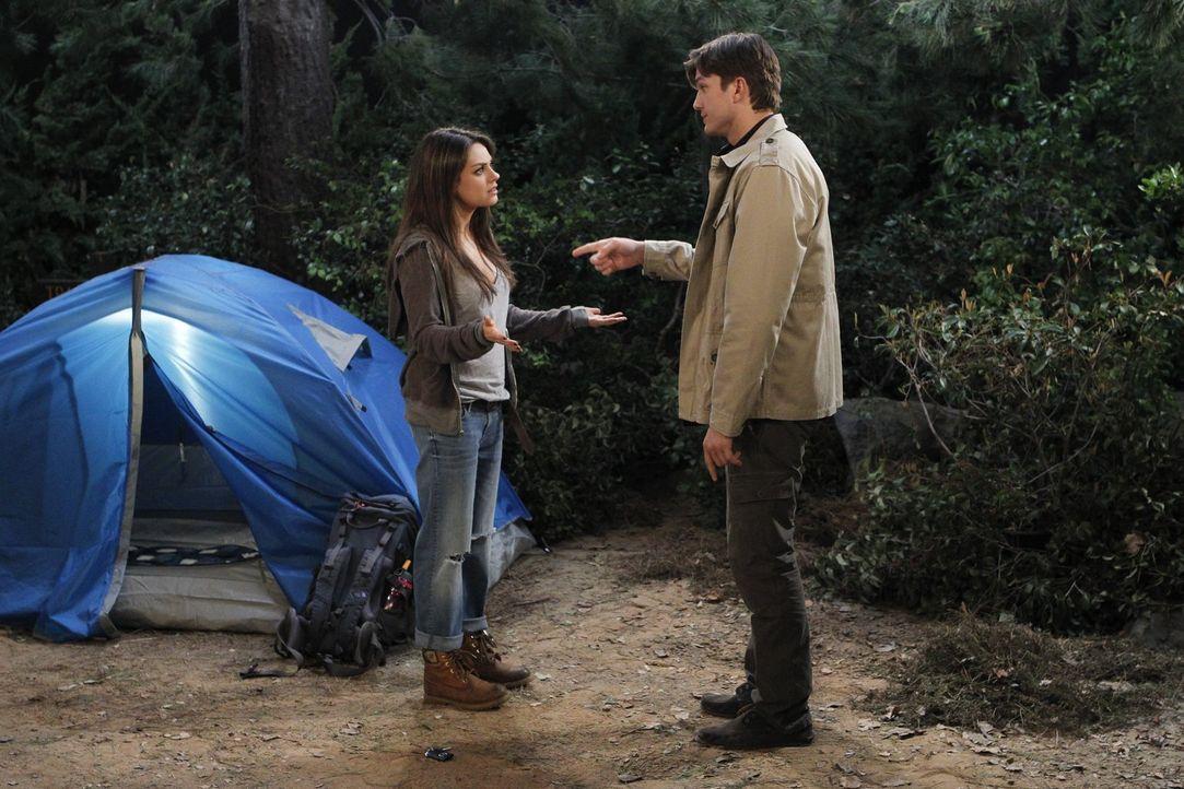 Während Walden (Ashton Kutcher, r.) hofft, dass sich beim Zeltaufbau mit Vivian (Mila Kunis, l.) mehr zwischen ihnen entwickelt, scheint die schöne... - Bildquelle: Warner Brothers Entertainment Inc.