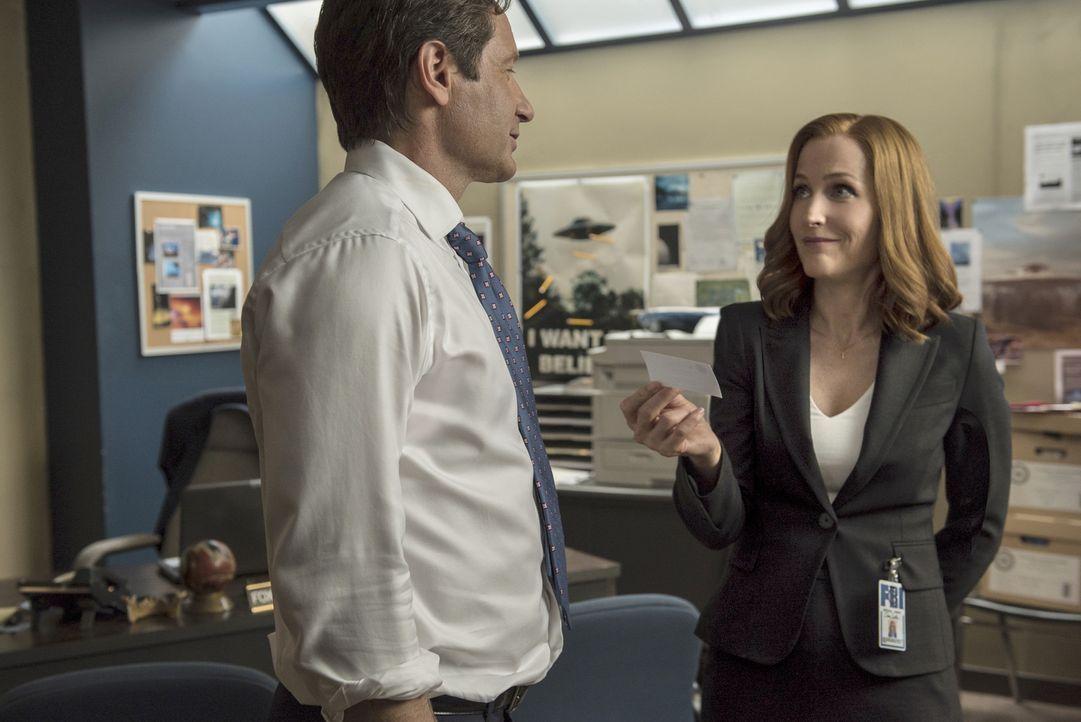 Zwei Terroristen verüben in Texas einen Anschlag. Mulder (David Duchovny, l.) und Scully (Gillian Anderson, r.) werden zu dem Fall hinzugezogen, um... - Bildquelle: 2016 Fox and its related entities.  All rights reserved.
