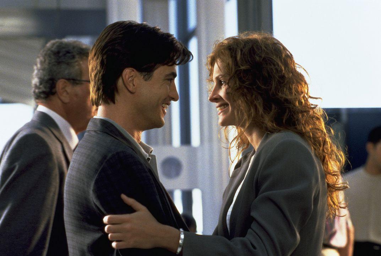 Die Wiedersehensfreude zwischen Julianne (Julia Roberts, r.) und Michael (Dermont Mulroney, l.) ist ungetrübt ... - Bildquelle: Columbia TriStar