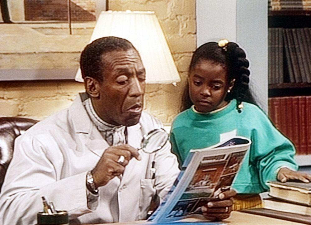 Rudy (Keshia Knight Pulliam, r.) zeigt Cliff (Bill Cosby, l.) die Zeitschrift, in der sie ein herrliches Schmuckstück gefunden hat, das sie ihrer M... - Bildquelle: Viacom
