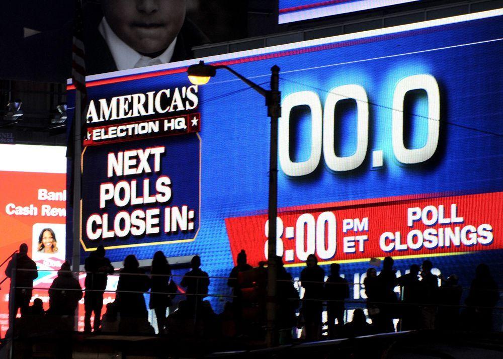 Die riesige Anzeige am Times Square in New York City zeigt, dass um 20 Uhr Ortszeit die letzten Wahllokale in den USA schließen. - Bildquelle: dpa - Bildfunk +++ Verwendung nur in Deutschland