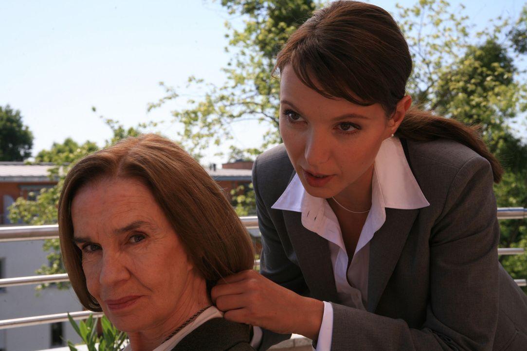 Die Juristin Maja Berger (Julia Koschitz, r.) hat ihren Ehrgeiz bereits mit der Muttermilch verabreicht bekommen. Als Tochter des ersten weiblichen... - Bildquelle: Volker Roloff ProSieben
