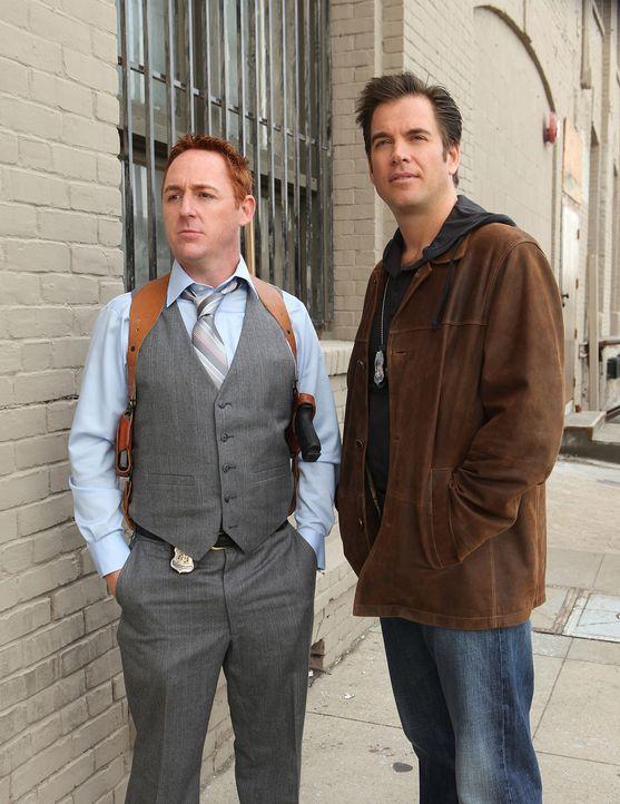 Rückblick ins Jahr 2001: Tony (Michael Weatherly, r.) und sein Partner Danny (Scott Grimes, l.) .. - Bildquelle: CBS Television
