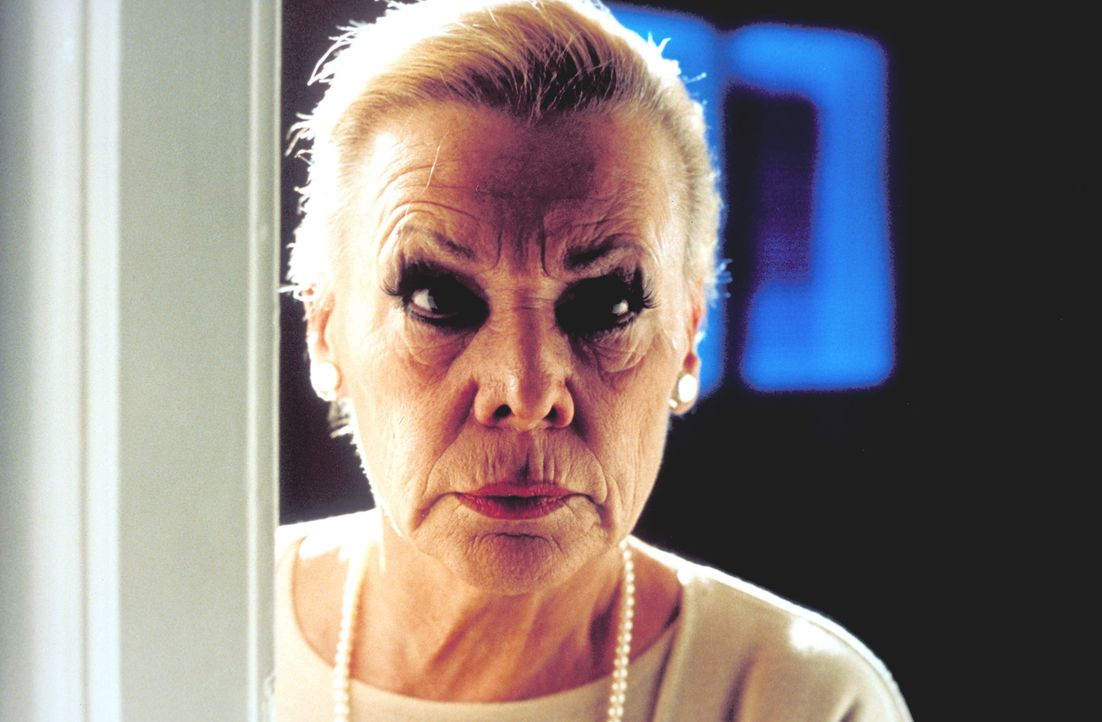 Nachbarin Clara (Ingrid van Bergen) hütet ein gefährliches Geheimnis ... - Bildquelle: Katrin Knoke ProSieben