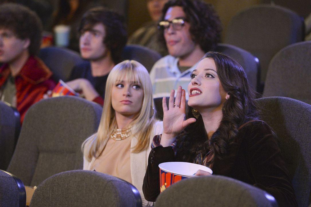 Als Caroline (Beth Behrs, vorne l.) und Max (Kat Dennings, vorne r.) zur Versöhnung ins Kino gehen, werden sie Zeuginnen seltsamer Vorkommnisse ... - Bildquelle: Warner Brothers
