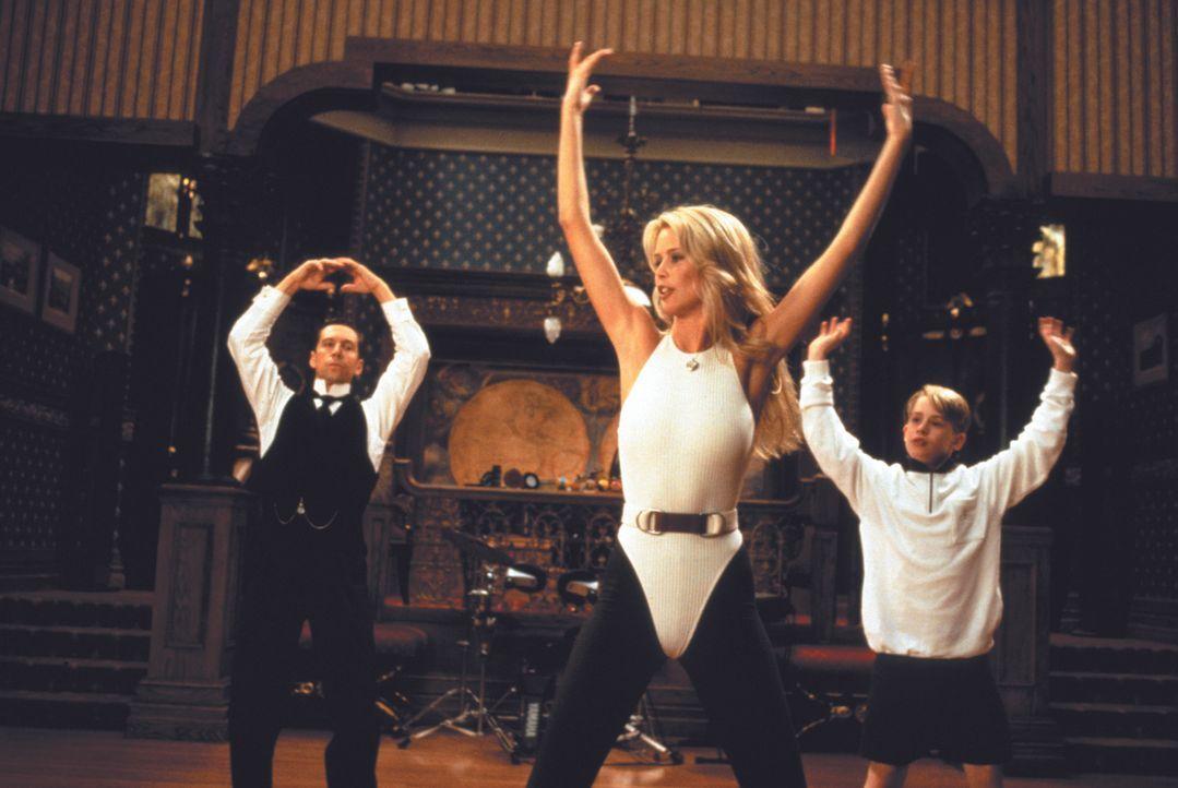 Tanzen mit Claudia Schiffer, M.: Richie Rich (Macaulay Culkin, r.) und sein tüchtiger Butler Cadbury (Johnathan Hyde, l.) ... - Bildquelle: 1994 Warner Bros.