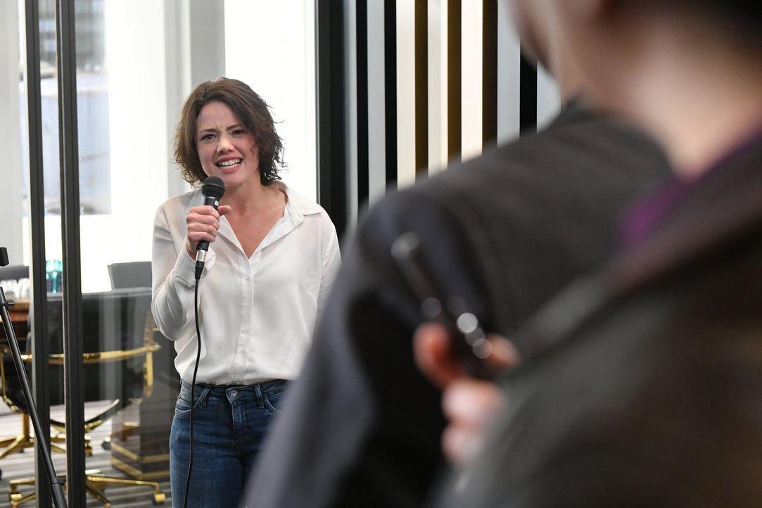 Bei der Pressekonferenz wächst Jenni (Anna Mennicken) über sich hinaus ... - Bildquelle: Claudius Pflug SAT.1/Claudius Pflug