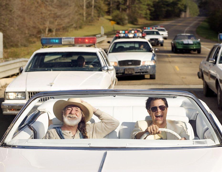 Den Dukes (v.l.n.r.: Willie Nelson und Johnny Knoxville) werden ständig der Schmuggel von illegal gebranntem Alkohol und diverse andere Vergehen vo... - Bildquelle: Warner Brothers International