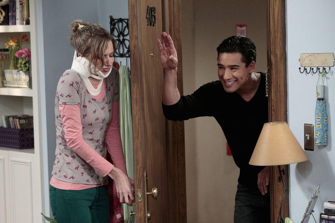 Bekommt überraschend Besuch von Mario Lopez (Mario Lopez, r.): Dee Dee (Lauren Lapkus, l.) ... - Bildquelle: Warner Bros. Television