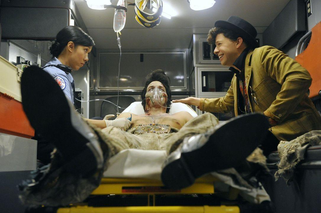 Alan (Jon Cryer, r.) kann nicht fassen, dass Walden (Ashton Kutcher, M.) tatsächlich einen Herzinfarkt hatte und macht damit die Notärztin Laura (An... - Bildquelle: Warner Brothers Entertainment Inc.