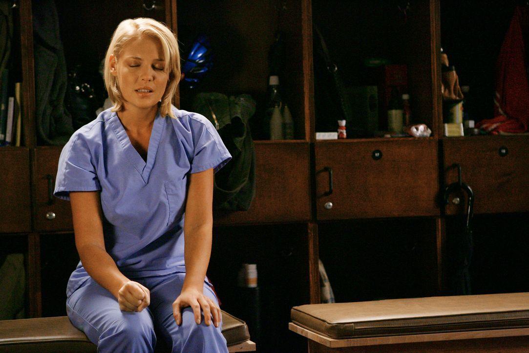 Während unter den jungen Ärzten ein Wettstreit ausbricht, wer demnächst die erste eigene Operation durchführen darf, wird Izzie (Katherine Heigl... - Bildquelle: Touchstone Television