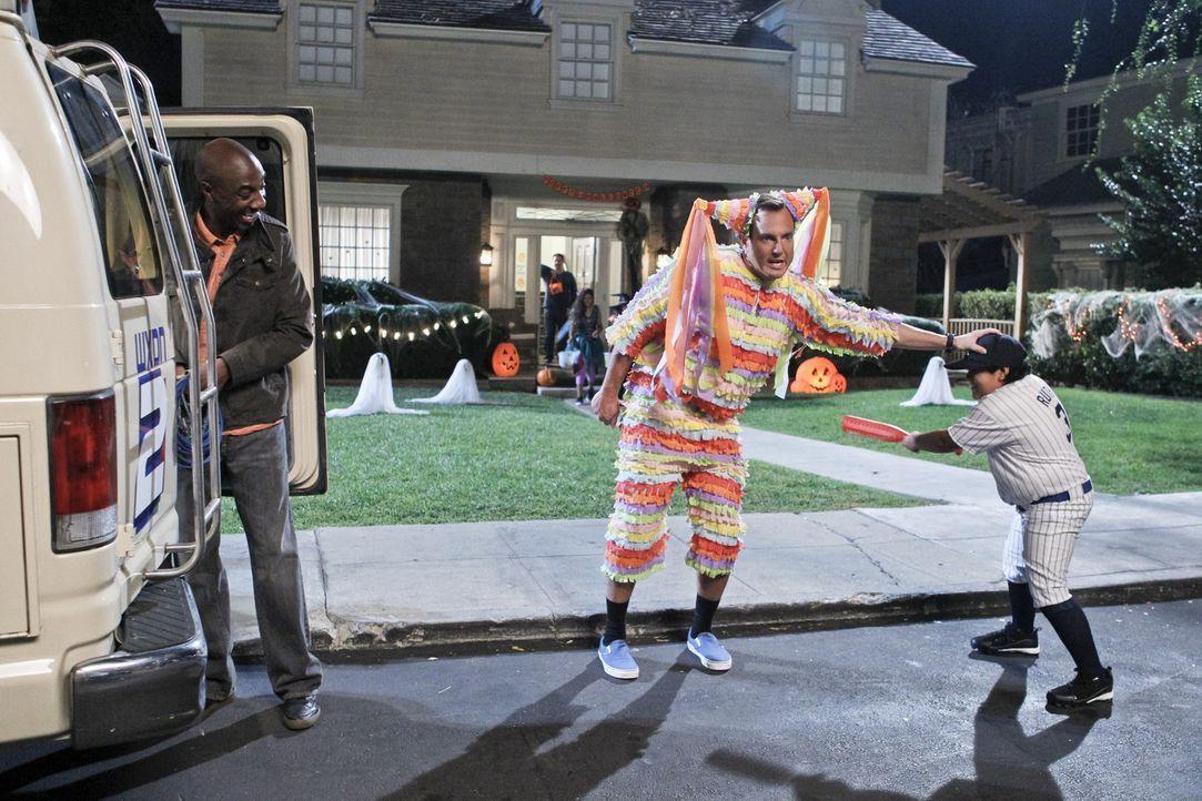 Niemals hätten Nathan (Will Arnett, M.) und Ray (J.B. Smoove, l.) damit gerechnet, dass Halloween auch in ihrem Leben Geister wieder zum Leben erwa... - Bildquelle: 2013 CBS Broadcasting, Inc. All Rights Reserved.