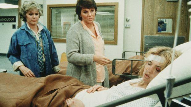 Das Mädchen Stephanie (Kristy Swanson, liegend) wurde brutal zusammengeschlag...