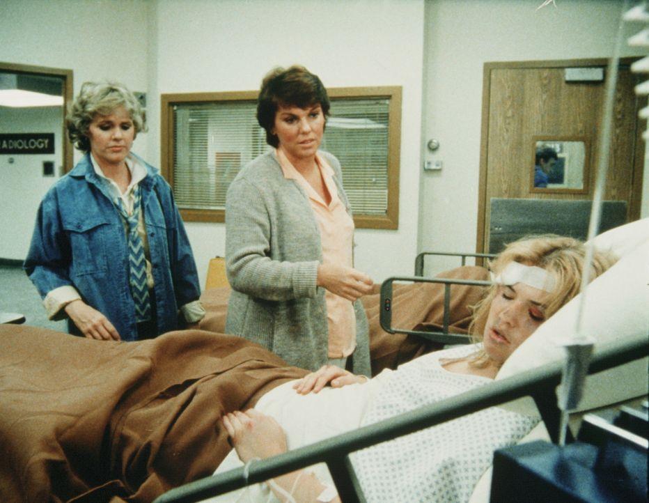 Das Mädchen Stephanie (Kristy Swanson, liegend) wurde brutal zusammengeschlagen. Cagney (Sharon Gless, r.) und Lacey (Tyne Daly) brauchen all ihre... - Bildquelle: ORION PICTURES CORPORATION. ALL RIGHTS RESERVED.