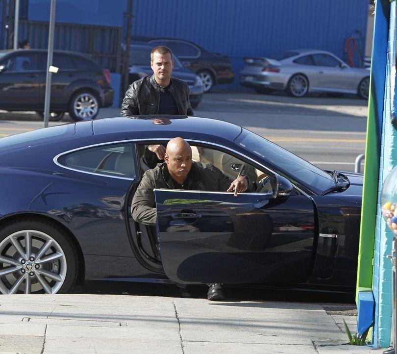 Bei den Ermittlungen in einem neuen Fall: Callen (Chris O'Donnell, hinten.) und Sam (LL Cool J, vorne) ... - Bildquelle: CBS Studios Inc. All Rights Reserved.