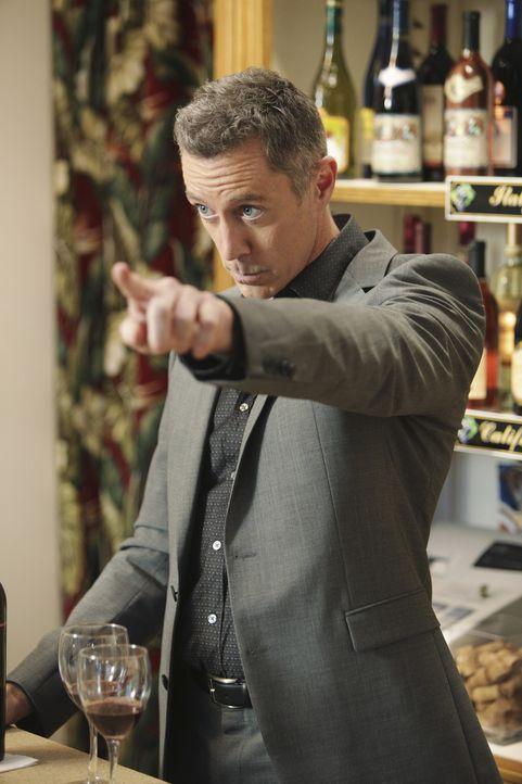 Ist über Jules' etwas derbe Art Wein zu trinken mehr als entsetzt: Wayne Gibbons (Michael McDonald) ... - Bildquelle: 2010 ABC INC.