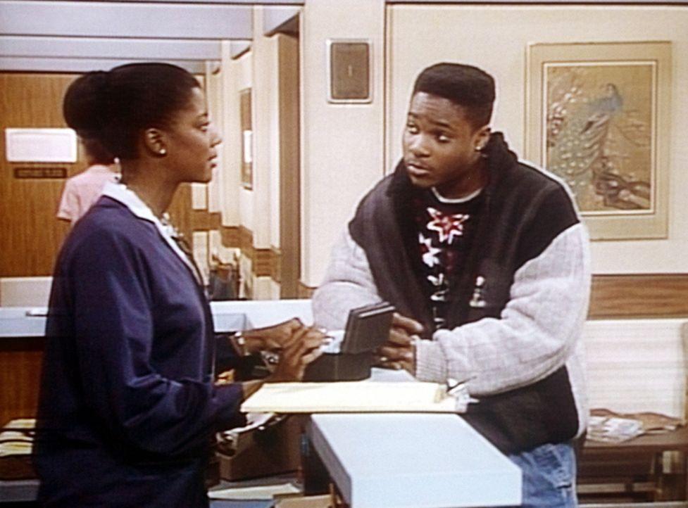 Theo (Malcolm-Jamal Warner, r.) erkundigt sich bei einer Krankenschwester, ob sein Freund Jake Besuch empfangen darf. - Bildquelle: Viacom