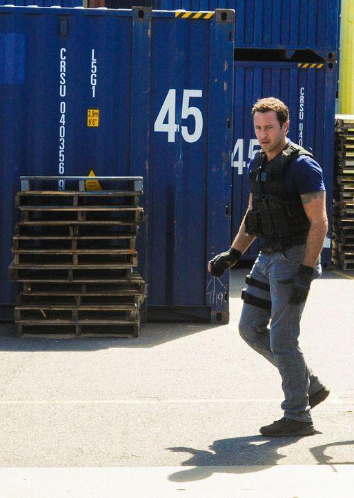 """Steve (Alex O'Loughlin) und sein Team müssen herausfinden, wer hinter den Brandanschlägen auf die Boote des Touristenveranstalters """"O'ahu Hai-Touren... - Bildquelle: 2013 CBS Broadcasting, Inc. All Rights Reserved."""
