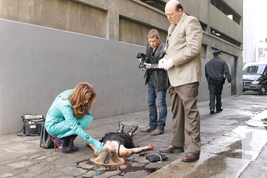 Detective Bud Morris (John Carroll Lynch, r.), Peter Dunlop (Nicholas Bishop, 2.v.r.) und Megan (Dana Delany, l.) untersuchen den Mord an der jungen... - Bildquelle: 2012 American Broadcasting Companies, Inc. All rights reserved.